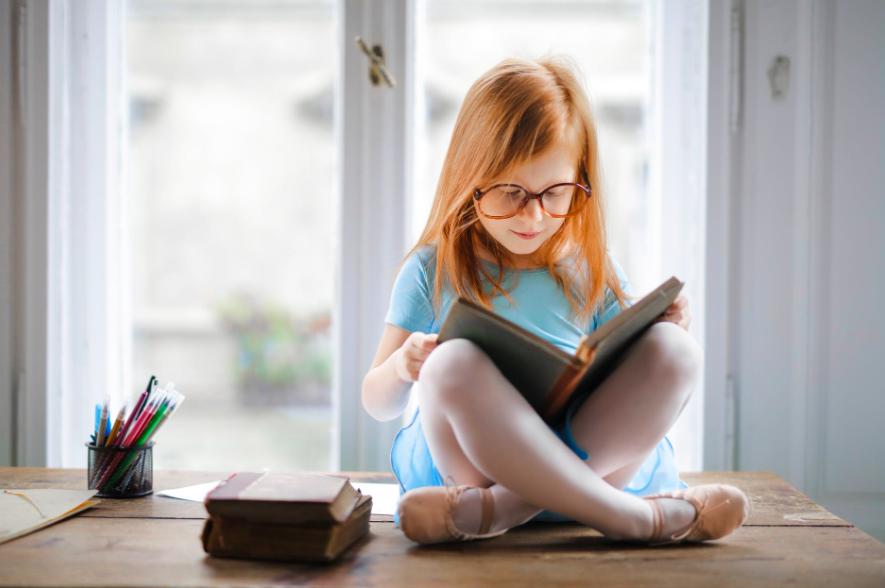 enfant dyslexique qui lit un livre